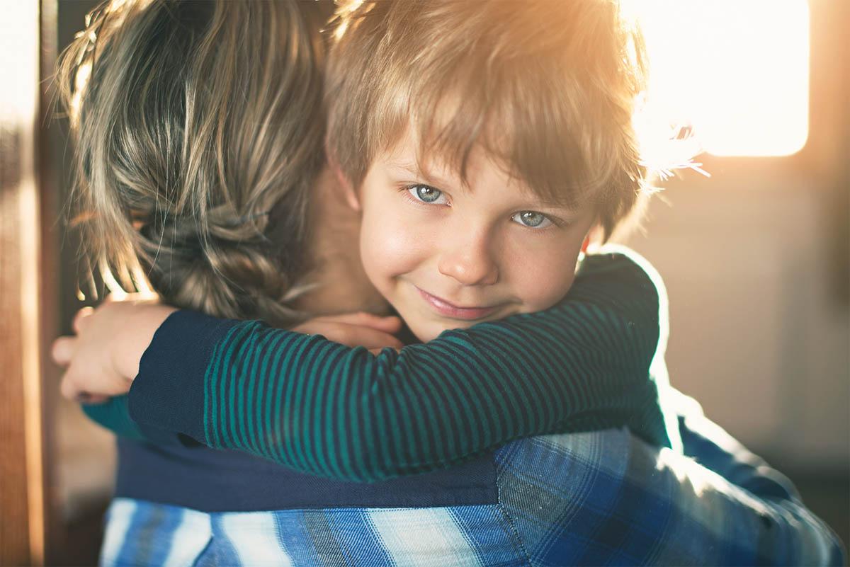 Lapsi halaamassa äitiä